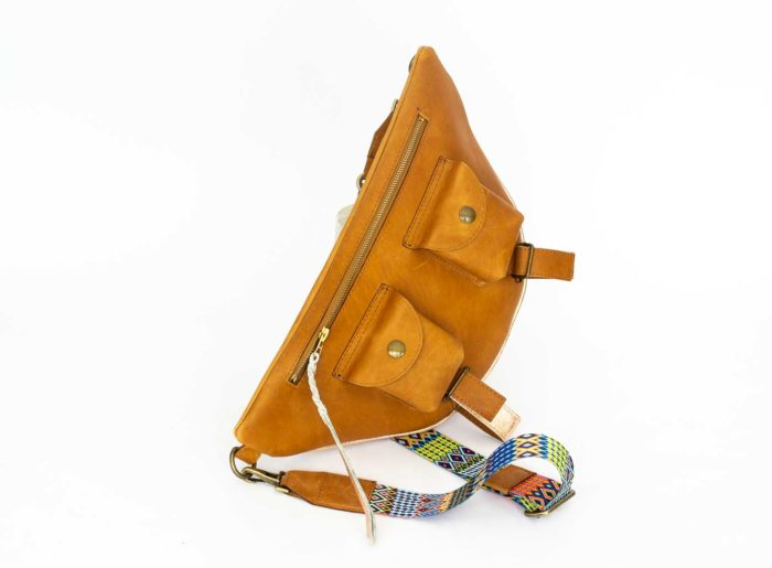 Shoulder bag in caramel leather with zip and two pockets
