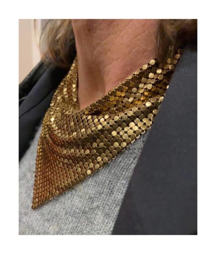 Mesh bandana necklace in gold.