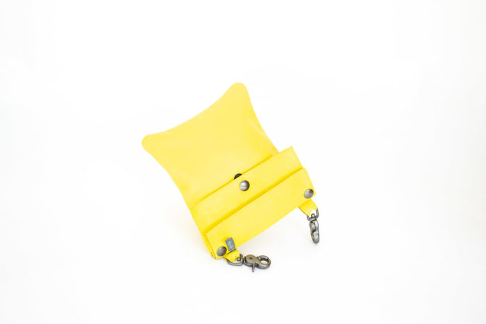 Picture of the yellow hip bag with two robust swivels hook.