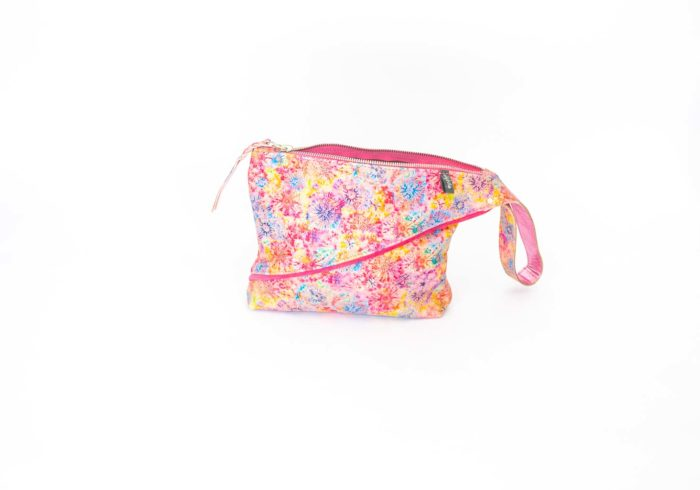 Picture of the front of the flower printed Z clutch.